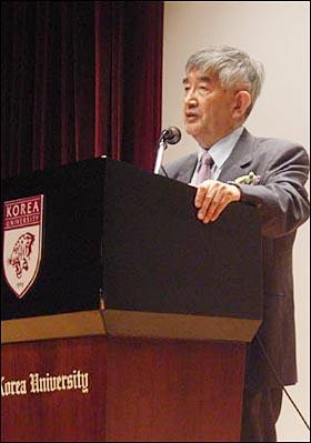 20일 고려대 인촌 기념관 강당에서 마지막 강의를 하고 있는 최장집 교수.