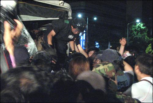 시민들에 의해 끌려 나온 경찰버스에 안에있던 전경들이 시민들의 보호아래 빠져나오고 있다.