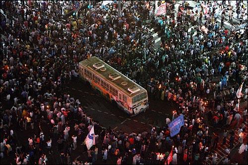 22일 새벽 미국산 쇠고기 재협상 촉구 48시간 릴레이 농성 세째날을 맞아 촛불집중문화제에 참가했던 시민, 학생들이 광화문네거리에 설치된 경찰버스 바리케이트에 밧줄을 묶어 끌어낸 뒤 에워싸고 있다.