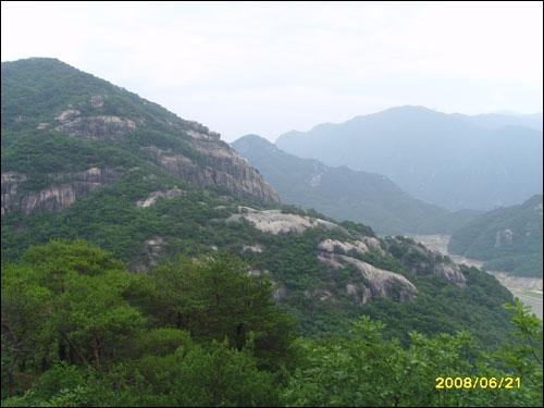 기암으로 펼쳐진 전경 저 산 위에 등산객이 있었다. 그들이 보이는가?