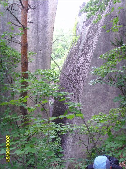 벼락맞은바위 바위가 벼락에 맞아 두동강이 났다.