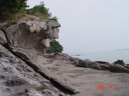 조구널의 기암       일주하듯이 돌아보면 작지만 아름다운 기암들과 바닷가 풍경을 만날 수있다.