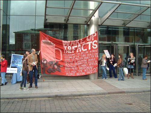 영국의 네슬레 불매 운동 시위. 1970년대에 불매운동에 참여했다가 지금까지도 네슬레 제품을 안 먹는다는 미국 사람들을 가끔 볼 수 있습니다.