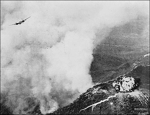한국전쟁이 한창이던 1951년 5월, 네이팜탄으로 북한 지역을 공습하는 미국 폭격기.