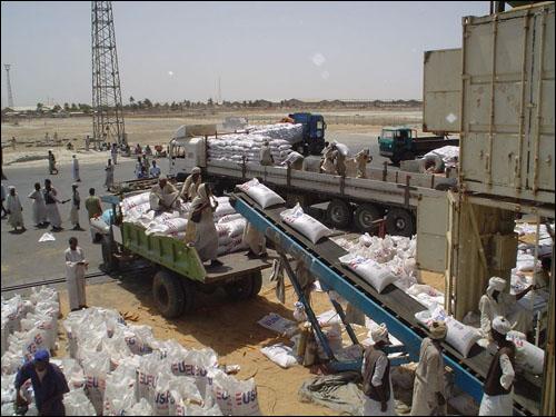 2006년 3월, 미국이 내전 중인 수단 다르푸르(Darfur) 지역에 식량을 지원하는 모습. 그러나 미국의 해외 식량 지원은 언제나 인류애와는 무관한, 지극히 정치적인 판단에 따라 이뤄졌다.