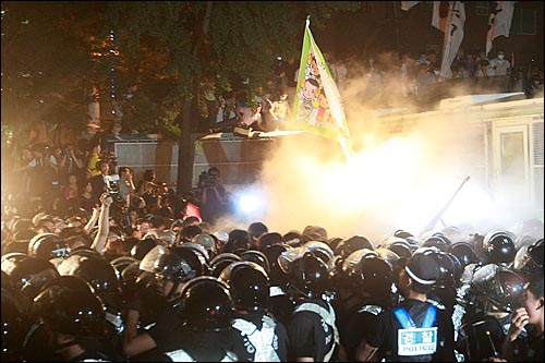 25일 밤 서울 세종로 사거리에서 장관고시 철회와 전면 재협상을 요구하며 시위를 벌이던 학생과 시민들이 광화문 금호아시아나빌딩 뒷편 골몰길로 진입을 시도하다가 경찰들이 분사한 분말소화기로 저지되고 있다.