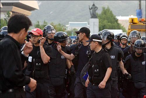 미국산쇠고기 수입위생조건 고시강행에 반대하며 학생과 시민들이 서울 세종로 일대에서 밤샘시위를 벌인 가운데 26일 새벽 경찰이 시위대 강제해산을 시도하고 있다.