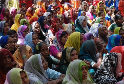 코카콜라 공장에서 엄청난 양의 물을 식수원에서 퍼 올려 식수가 모자라게 된 인도 바라나시에서 주민들이 공장 폐쇄를 촉구하는 데모를 열고 있다.