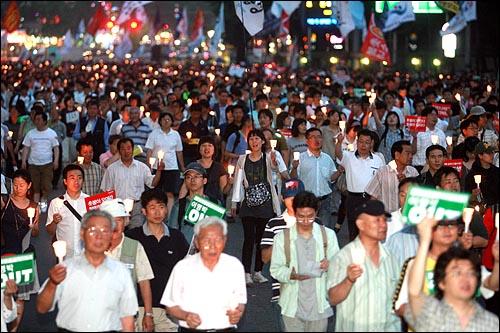 26일 저녁 서울시청앞에서 열린 미국산쇠고기 수입반대 50차 촛불문화제에 참석했던 시민들이 청와대를 향해 행진을 하고 있다.