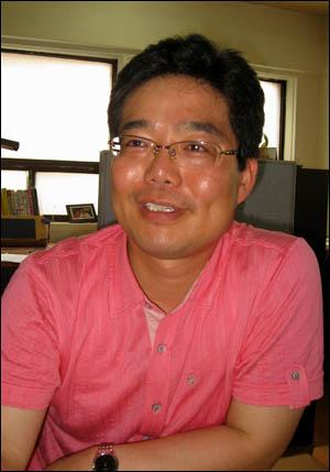 """오창은 대안지식연구회 연구위원. 그는 """"최장집 전 교수가 한국적 모델에 대한 급진적인 시각을 가지지 않고 교과서적 강박 속에서 '있는 모델'만 생각하고 있다""""고 비판했다."""