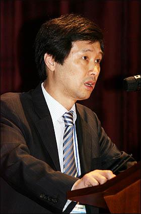 이대근 경향신문 정치국제 에디터가 27일 서울 상암동 디지털미디어시티(DMC) 누리꿈스퀘어 국제회의실에서 열린 2008 오마이뉴스 세계시민기자포럼에서 '촛불 2008과 미디어 리더쉽'에 관해 주제발표를 하고 있다.