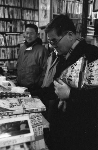 <뿌리서점> 아저씨 책손님들이 책을 보면서 심심한 입을 달래라면서 건빵을 셈대 위에 올려놓으시곤 합니다.