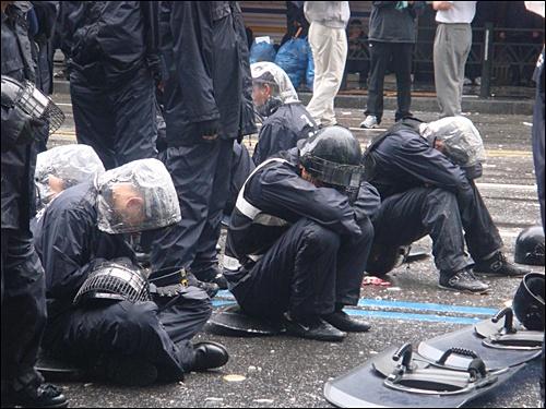 육군으로 보내주세요. 이명박 대통령을 지키기 위한 몸부림.