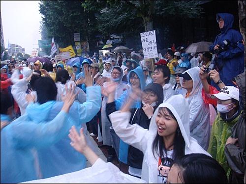 국민이 이긴다! 29일 아침 바위처럼 노래를 부르며 기차놀이를 하는 시민들.