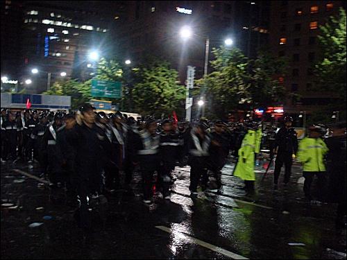 조선일보는 우리가 지킨다! 시민들을 진압하는 경찰.