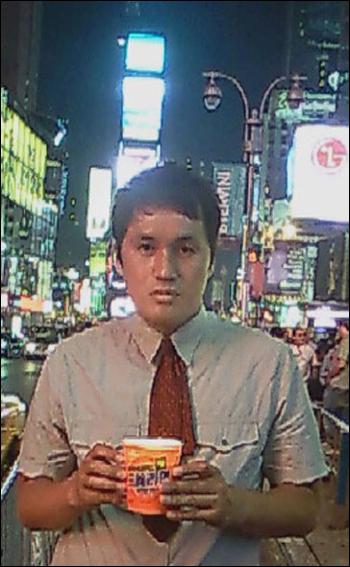 6월 28일 미국 뉴욕의 타임 스퀘어에서 8번째 1인촛불시위를 한 션강씨.
