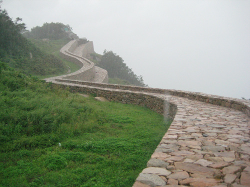 길게 이어진 성벽 비오는 날 성벽길