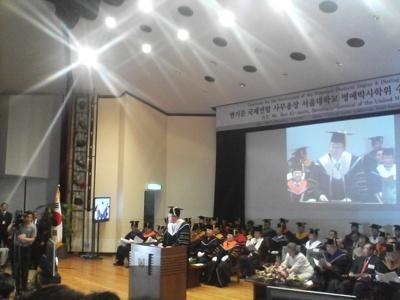 특별강연 반기문 유엔사무총장이 서울대에서 명예박사학위 수여식에서 특별강연을 하고있다.