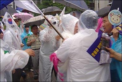 5일 오후 5시 서울 청계광장에서는 촛불집회 반대단체 회원들과 촛불집회 참가자들 사이에 몸싸움이 벌어지기도 했다.