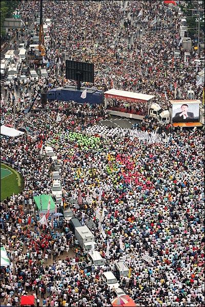 5일 오후 서울시청앞 광장에서 '국민승리선언 범국민촛불대행진'이 열리고 있다.