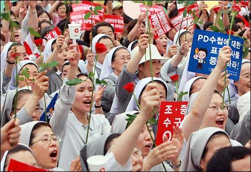 수녀들이 5일 오후 서울 시청 앞 광장에서 열린 '국민승리선언 범국민촛불대행진'에 참석하여 미국산 쇠고기 장관고시 철회와 전면 재협상을 요구하며 구호를 외치고 있다.