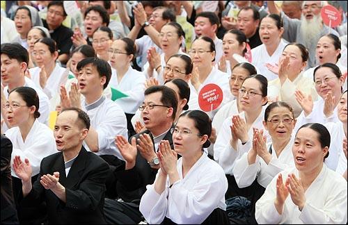 원불교 교무들이 5일 오후 서울 시청 앞 광장에서 열린 '국민승리선언 범국민촛불대행진'에 참석하여 미국산 쇠고기 장관고시 철회와 전면 재협상을 요구하며 구호를 외치고 있다.