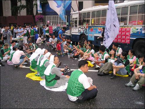 7월 5일 촛불 집회에는 '비폭력 행동단'이 떴다. 100여 명의 비폭력 행동단은 차벽 바로 앞에 앉아 비폭력 행동을 촉구하고 있다.