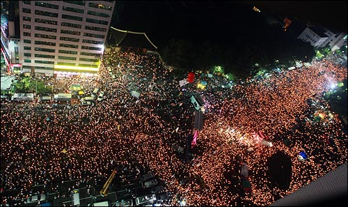 학생, 시민, 종교인, 정치인들이 5일 저녁 서울 시청 앞 광장에서 열린 '국민승리선언 범국민촛불대행진'에 참석하여 미국산 쇠고기 장관고시 철회와 전면 재협상을 요구하며 구호를 외치고 있다.