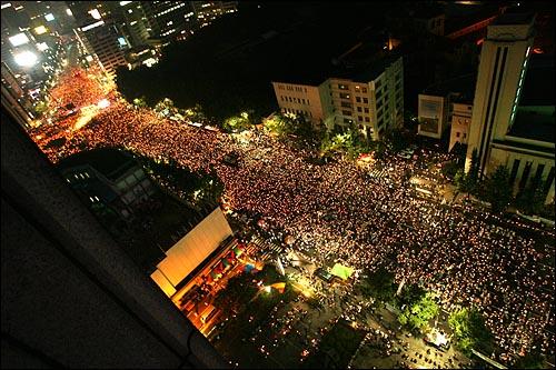5일 저녁 '국민승리선언 범국민촛불대행진'에 참석한 시민들이 숭례문에서 서울광장을 지나 태평로까지 도로를 가득 메우고 있다.