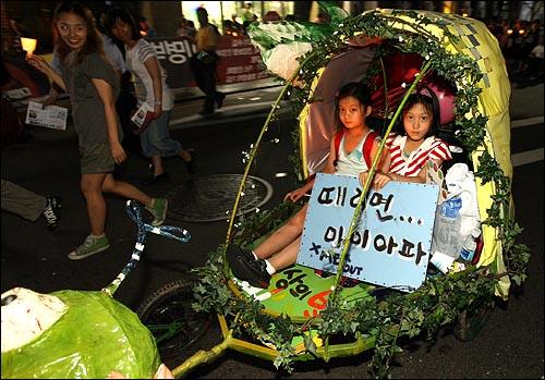 5일 저녁 서울시청앞 광장에서 열린 '국민승리선언 범국민촛불대행진'에 참석했던 대구YMCA회원들이 자전거에 아이들을 태우고 행진 대열에 동참하고 있다.