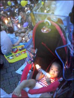 천진난만한 얼굴로 촛불장난감을 가지고 노는 아기.