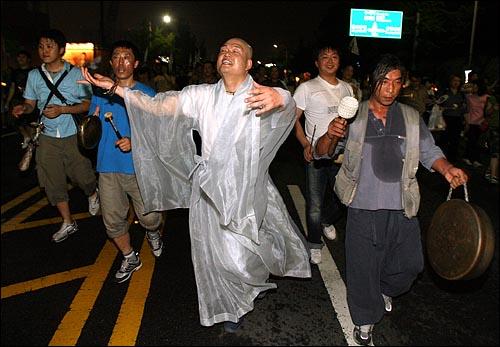 5일 저녁 서울시청앞 광장에서 열린 '국민승리선언 범국민촛불대행진'에 참석했던 시민들이 거리행진을 벌이는 가운데, 안국역 부근에서 풍물패 장단에 맞춰 한 스님이 춤을 추고 있다.