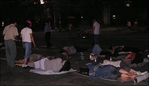 7월 6일 새벽 길거리에서 잠든 시민들.