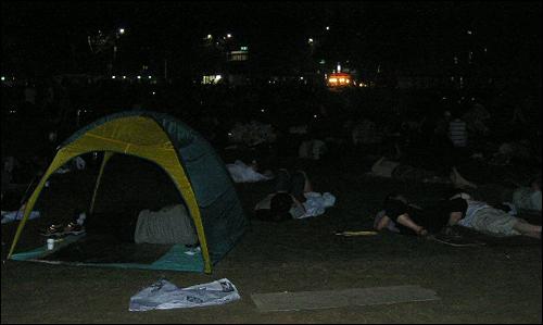 6일 새벽 광화문 풍경. 돗자리를 깔고 새우잠을 자는 사람들부터 아예 텐트를 가지고 나온 사람들까지 각양각색이었다.