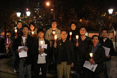 스트라스필드 광장에서 촛불집회를 연 시드니 교민들 한인 밀집 거주지역인 스트라스필드에서 한인 상가를 중심으로 한국의 상황과 호주교민들이 촛불을 드는 이유를 담은 홍보물을 배포했다.
