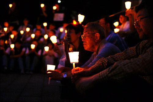 성안데레 교회 밖에서 이어진 촛불 집회