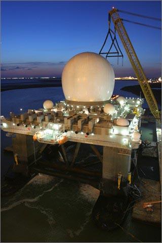 미 보잉사의 해상배치 X-밴드 레이더(SBX: Sea-based X-band radar). 한국 조기경보레이더 구매 대상인 X-밴드 레이더의 일종인 FBX와는 다른 종류다.