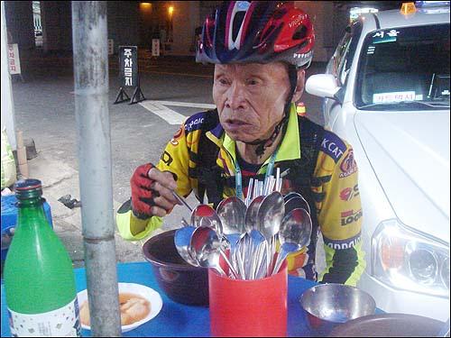 우거지 얼큰탕을 먹고 있는 80대 할아버지 이 집 국밥을 먹고 나면 속이 아주 편안해서 좋아. 요즈음 이렇게 맛나고 값 싼 국밥이 어디 있겠어