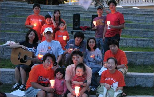 7월 6일 저녁 7시 30분(현지 시각) 플로리다 대학의 학생회관 노천극장에서 열린 제4차 플로리다 촛불 모임.