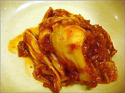맛깔스런 김치. 배추 겉절이로 만든 김치. 이 김치맛을 잊지 못해 단골이 된 이들도 많단다.