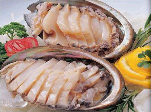 오돌오돌 씹는 맛이 일품인 전복회. 육질이 부드럽고 맛도 빼어나다.