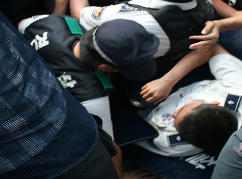 대의원 대회장 진입을 시도하는 전공노 소속 대의원들과 이를 저지하는 경찰이 뒤엉켜 넘어지고져 있다. 다행히 양측의 물리적 충돌 자제 노력으로 큰 불상사 없이 끝났다.