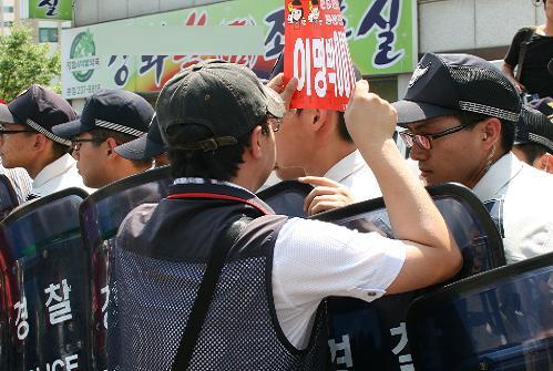 전공노 소속 노조원이 합법적이고 정당한 대의원 대회를 경찰이 원천봉쇄 한것에 항의하며 길을 열어줄것을 요구하고 있다.