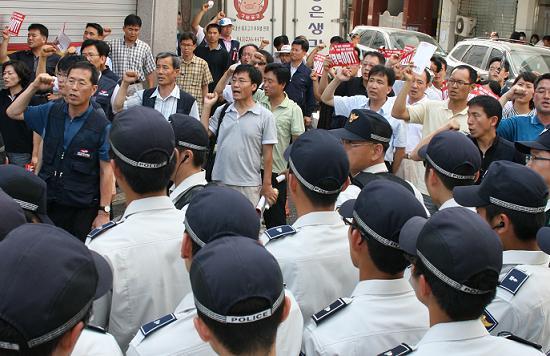 이날 경찰의 원천봉쇄로 대회장에 진입하지 못한 일부 대의원들이 구호를 외치며 항의하고 있다.