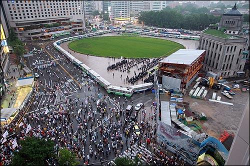 12일 저녁 서울 시청광장 앞에서 광우병국민대책회의가 주최하는 '한미 쇠고기 전면 재협상! 공안탄압 중단! 민생 파탄 정책 중단!-촛불은 계속 된다' 촛불문화제가 경찰들에게 완전 봉쇄되자 청계광장에 모였던 학생과 시민들이 을지로 방향으로 거리행진을 하고 있다.