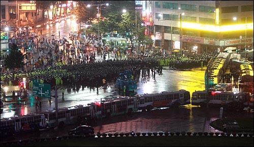 12일 밤 11시 30분경 광우병국민대책회의 주최 범국민촛불문화제에 참석한 시민들이 서울시청앞 광장을 봉쇄한 경찰과 대치하고 있다.