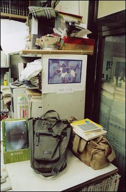 떠나간 가방 내 곁을 떠난 사진기가방. 전철에서 책을 읽다가 그만 놓고 내리며 잃어버린 사진기가방. 오른쪽 것. 전철역 직원한테 곧바로 연락해서 그 다음 역에서 찾아 달라고 했으나, 벌써 누군가 들고 튀었다고 해서 잃어버린 사진기가방.