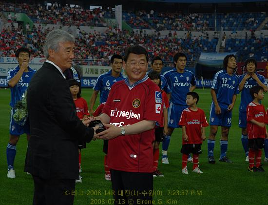 김호 감독, 대전 명예시민되다 박성효 대전시장은 김호 감독에게 명예시민패를 증정한다. 부임 1년인데 5연승 기록 및 6강 플레이오프 진출을 기념하여.