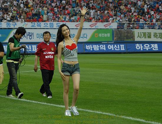 이다해 시축하고 팬의 환호에 손을 흔들어 답례한다