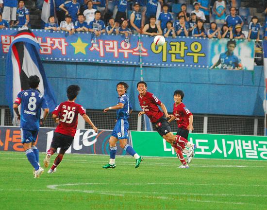 김형일 선수 온 몸을 날려 헤딩하여 공을 거둬낸다.